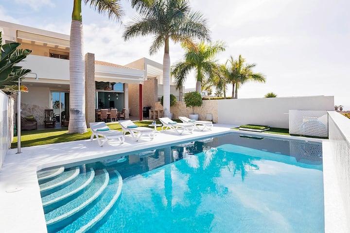 Luxurious 3bedroom villa with garden & heated pool