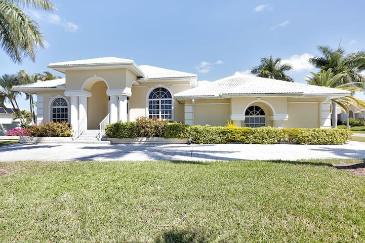 BLACKMORE CT. 600 WALKING DISTANCE TO BEACH!