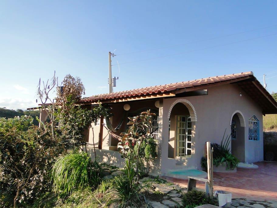 Construçao charmosa greco romana, em arcos, com varanda iluminada e muitas janelas bem arejada.