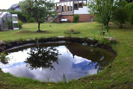 Ferienzimmer und kleine Bibliothek - Grevesmühlen - Annat