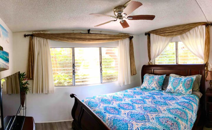 1BR 1BA steps to the BEACH w/kitchen and POOL