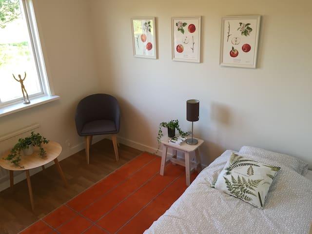 Sovrum 3. Sängen är 140 cm bred. Plats för en person eller två personer som gärna ligger nära varandra.