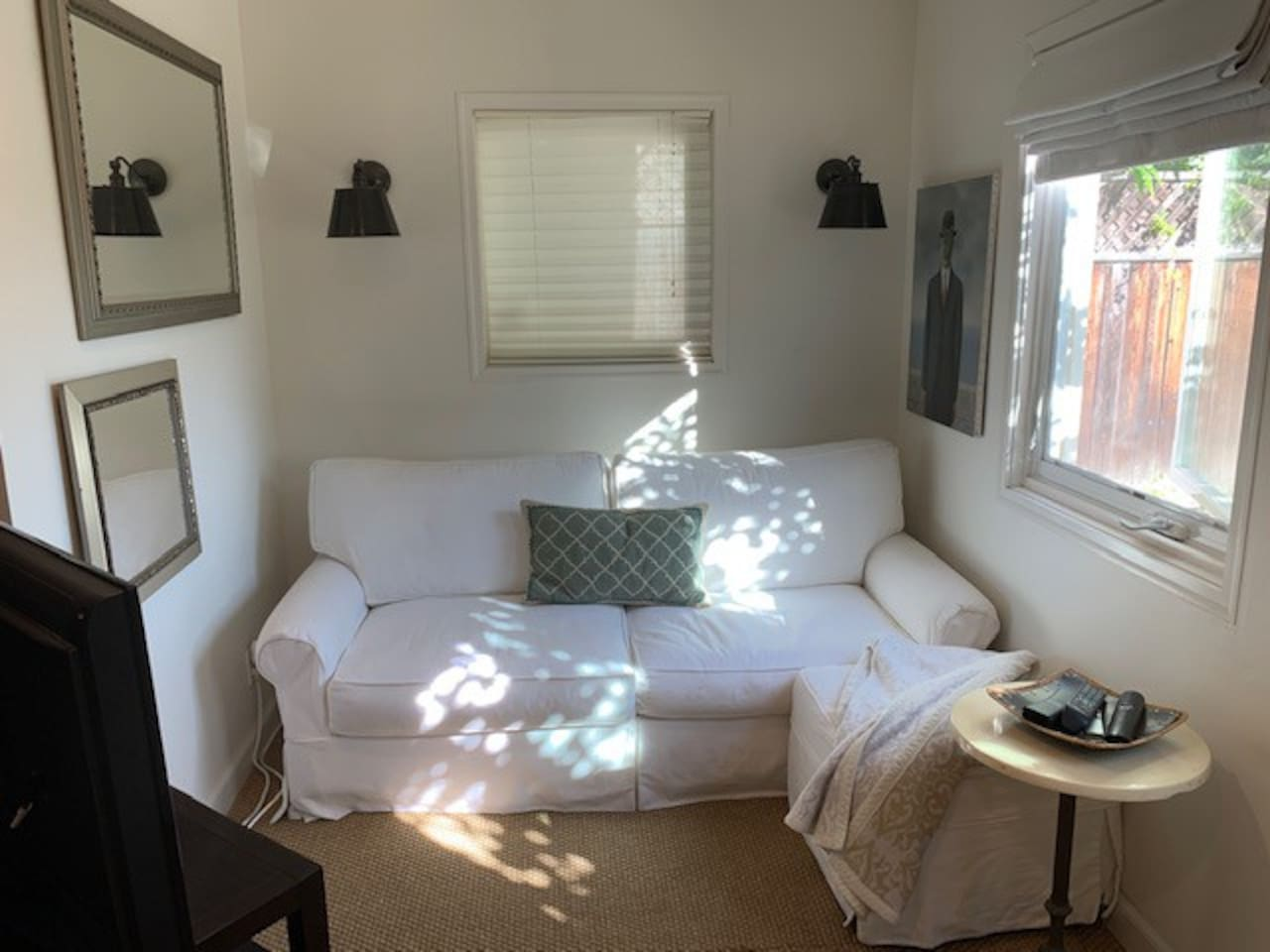 Living room area, with sofa Smart TV, beautiful light!