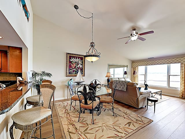 Bay-Front Condo w/ Pool, Steps to Beach