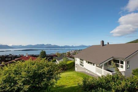Panoramautsikt og fjellturer fra døra