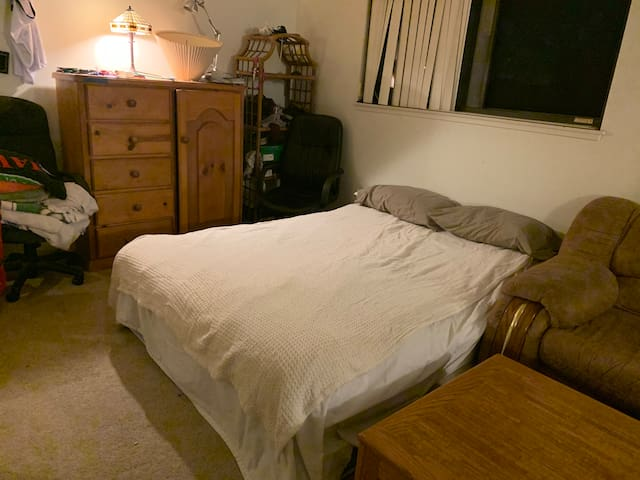 Quiet & spacious room w/ a king & queen bed