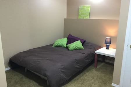 Cozy and private room minutes from UofL - Lethbridge