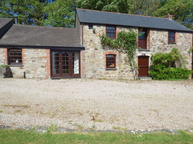 BARN COTTAGE, family friendly, with pool in Marazion, Ref 961431