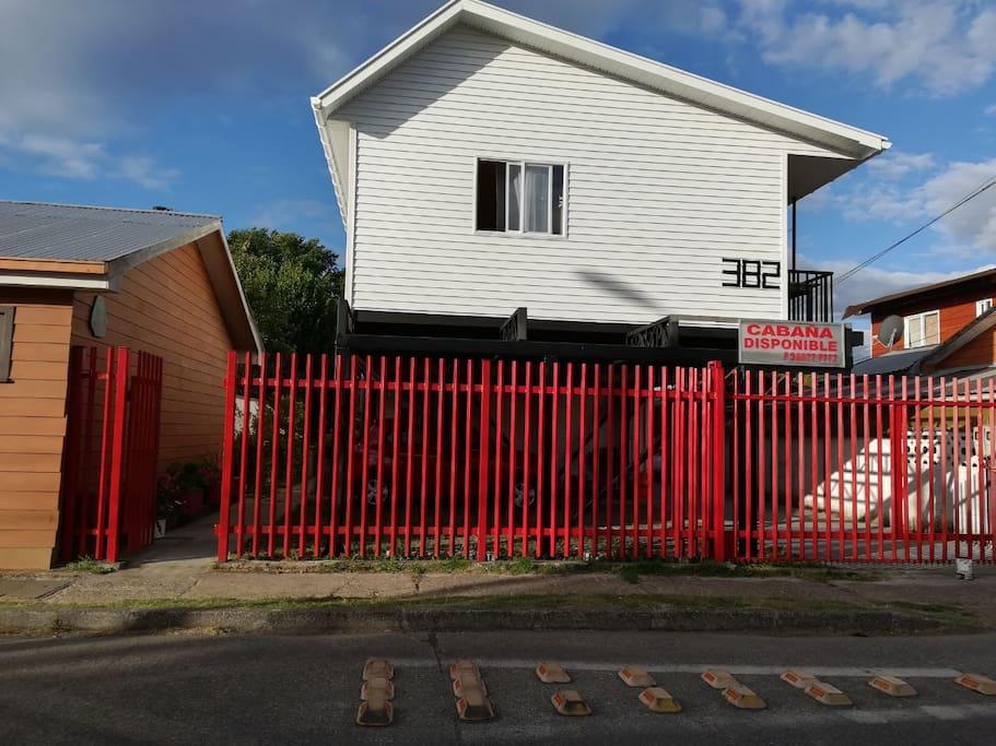 La cabaña o departamento esta ubicada en un complejo habitacional con cámaras de seguridad y estacionamiento (fachada por acceso por calle Los Avellanos)
