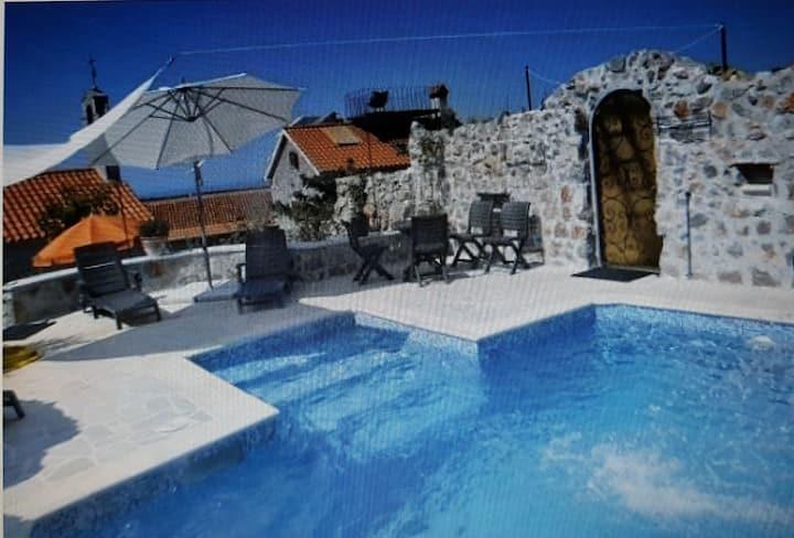 Komfortables Steinhaus mit Pool-Luśtica/Montenegro