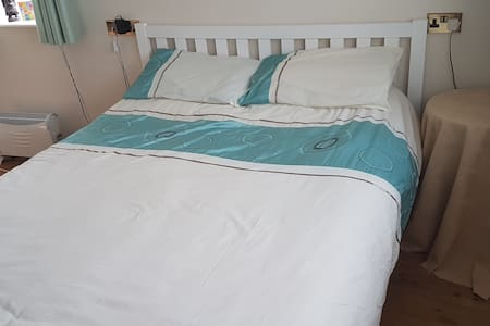 Near Ferry port, comfy king size bed, parking.