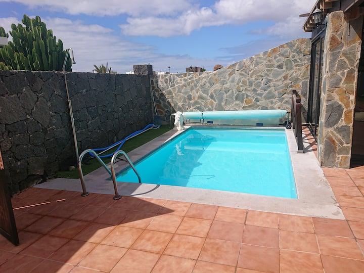 Villa martha  con  piscina climatizada ADOSADA