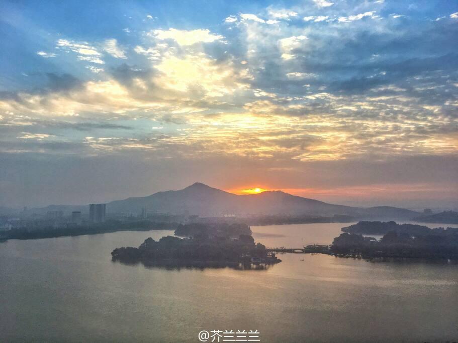 客人拍到的凌晨湖景,太阳刚爬上来~金光灿灿,照亮了玄武湖。