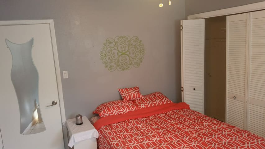 Room 2 Queen Bed @ 11 acre Horse Friendly Ranch - Devine - Casa