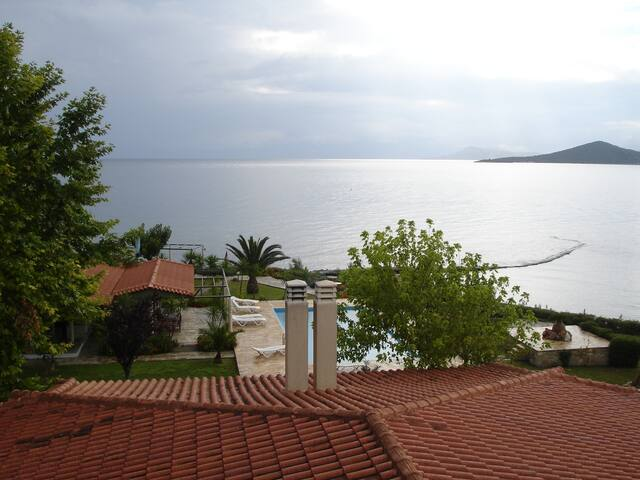 (Γ4) studio 1(31 m2),priv. beach,swim. pool and...