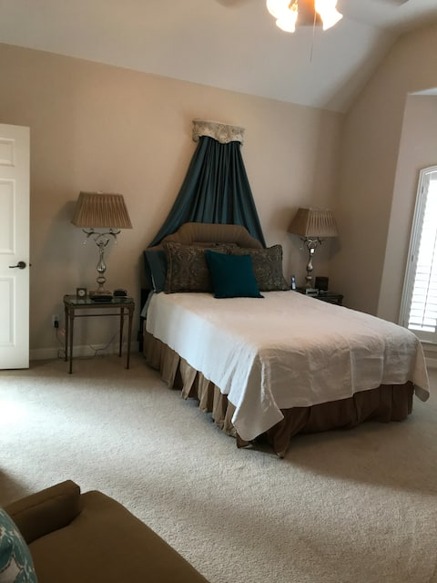 Private guest room w bath on Lake close to IAH
