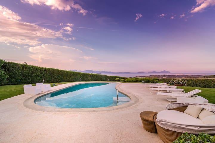 Bella vista villa - piscina e vasca idromassaggio - Cala di Volpe - House