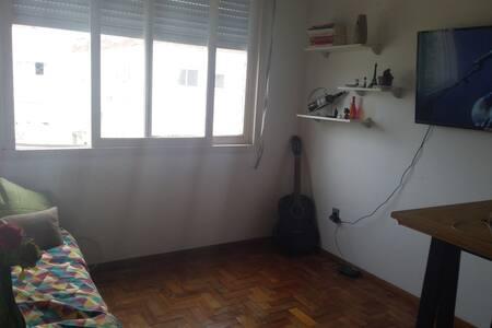 Apartamento com quarto separado.