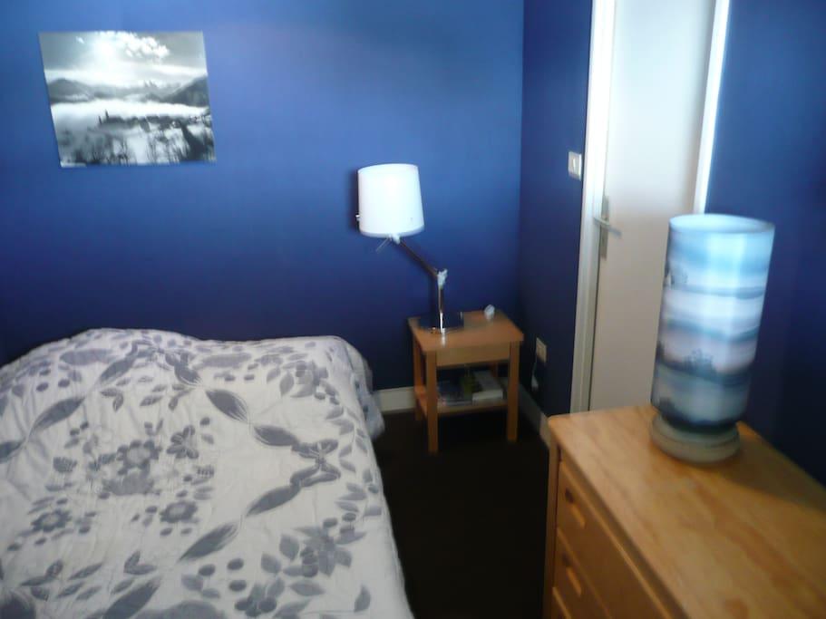 la chambre avec un lit double (sommier et matelas neufs), 1 petite penderie, 1 petite penderie, 1 commode, 1 table de chevet...