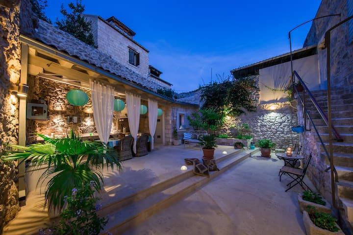 Villa Artemis, Vis