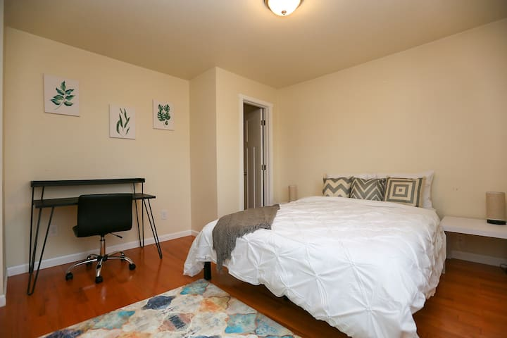 5 min walk to light rail, 10 min drive downtown!