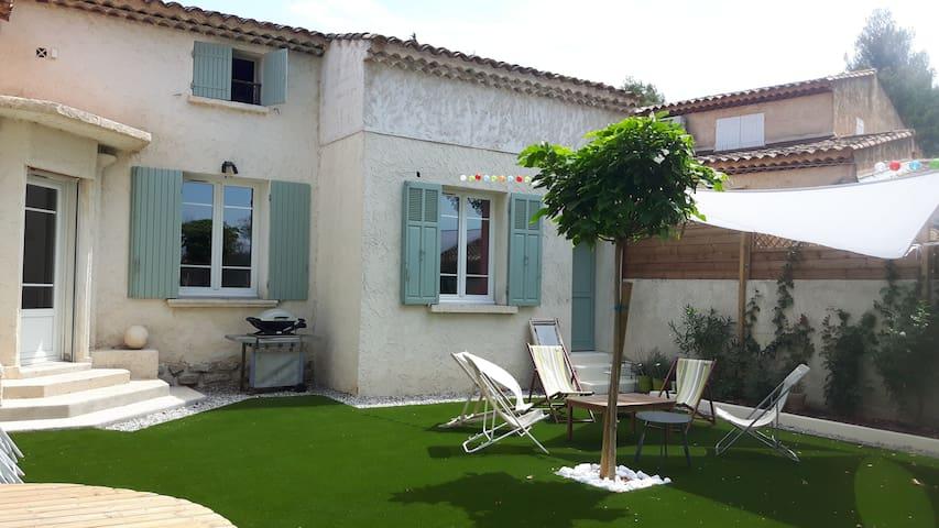 Maison et jardin vues du coté piscine