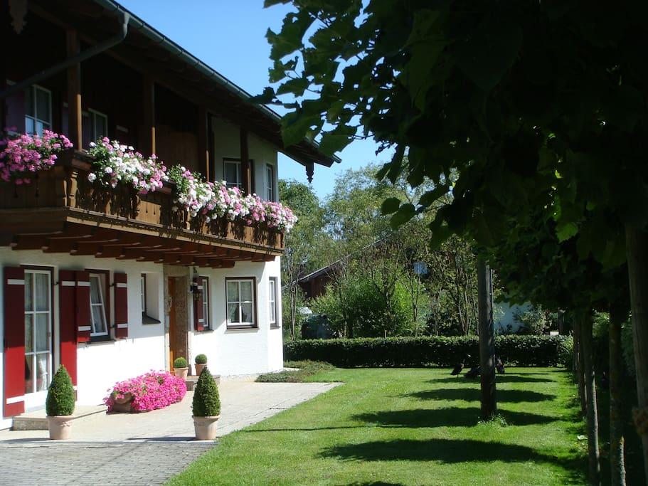 Gelegen am eigenen Bachlauf umgeben von Natur und dennoch mit vielen Sehenswürdigkeiten gesegnet. Salzburg nur 10km entfernt