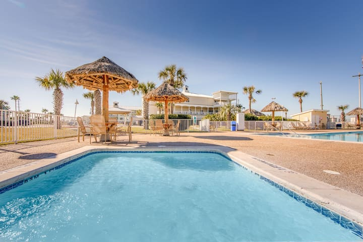 Peaceful Villa in Galveston | Heated Outdoor Infinity Pool + Shared Outdoor Hot Tub