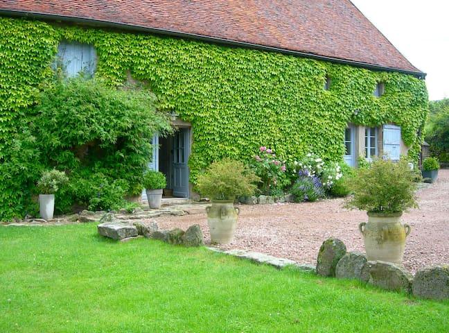 La vigne et la maison - Saint-Bonnet-de-Vieille-Vigne - House