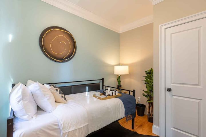 Spacious Twin Room in North End