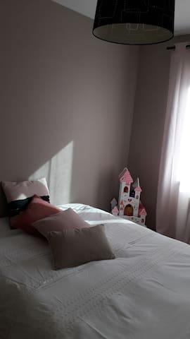 Chambre individuelle (11 m2) avec canapé lit (2 places). Une commode et un portant à votre disposition.