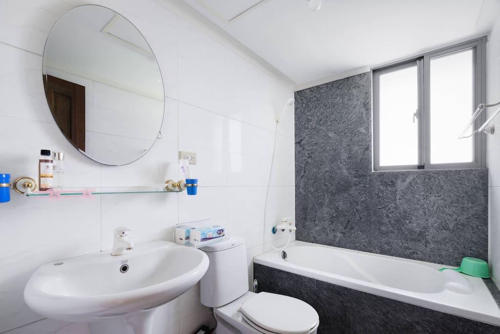 套房中的浴室,有浴缸