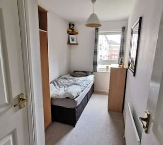 Quiet single room, near city centre - Free Parking