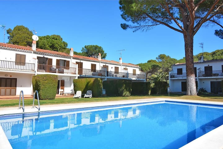 Gardernia: House for holiday rental with community garden and pool