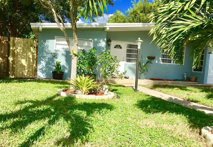 Warm cozy home in great location - Pompano Beach - House