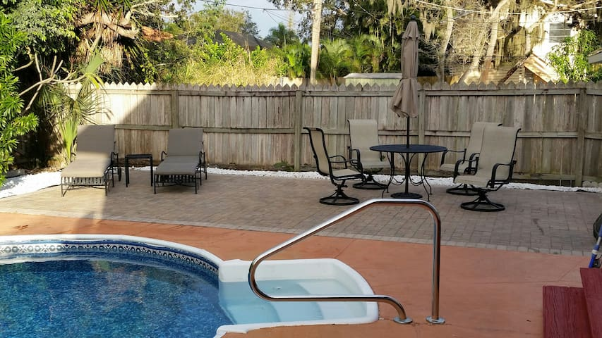 2 Bedroom Pool Home, One Mile from Barefoot Beach! - Bonita Springs - House