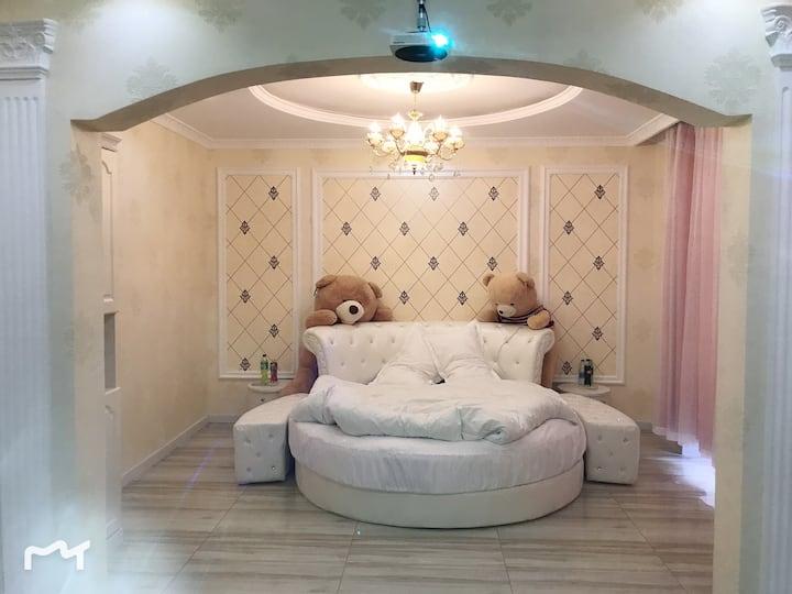 70平方电梯洋房,欧式风格圆床主题房