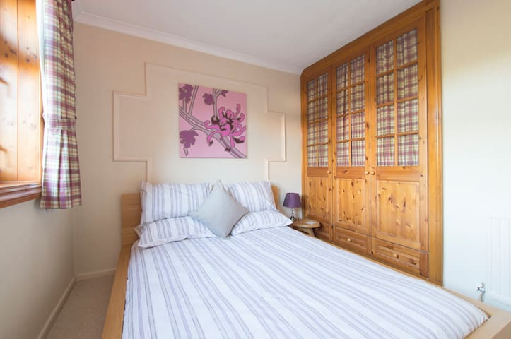 Restful room for female in Loughton - Loughton - 獨棟