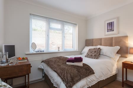 """Double 4"""" Fresh/Warm """"One of my 4 Rooms"""" - Bournemouth"""