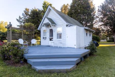 Charming 1BR Saint Leonard Bungalow - House