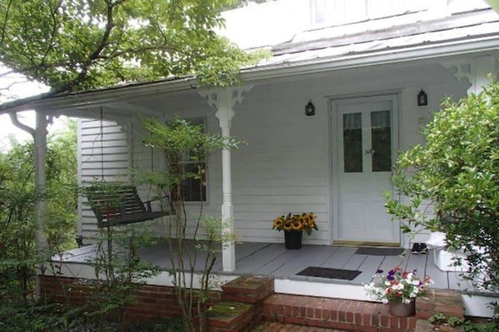 Miss Eleanor's Cottage - Hillsborough