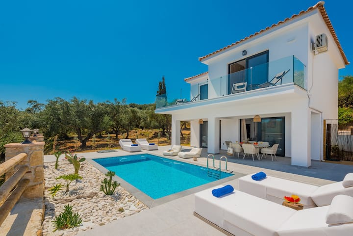 Queen of Zakynthos Villa private pool 100m fromsea