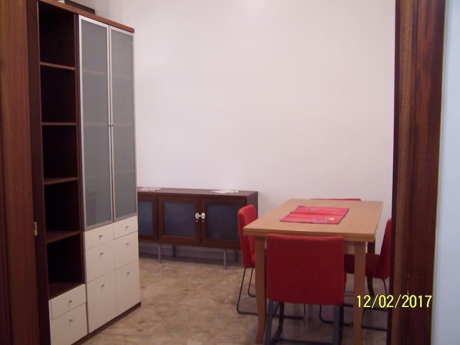 stanza con piccolo soggiorno