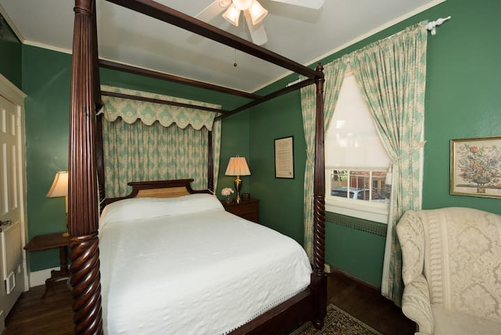 Quiet Queen Room with Gourmet Breakfast - Cedars B&B