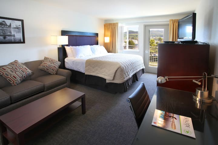 King Suite w/ river view & full kit - POOL