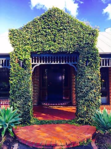 McCutcheon Estate- 5 Star Luxury Living! - Mount Eliza
