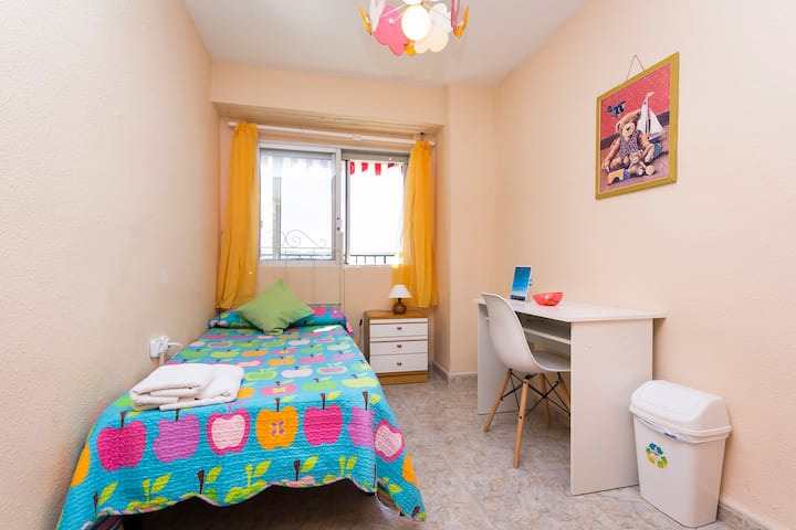 Bright room with sea view, center city wifi