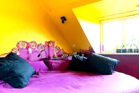 AMSTERDAM Purple Rain, king size bed, free parking