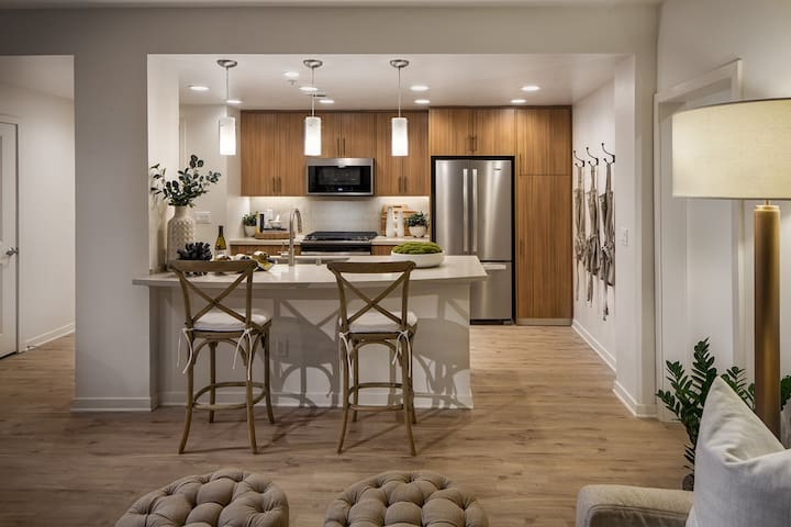 STUNNING Irvine Village Apartment Master Bed/Bath