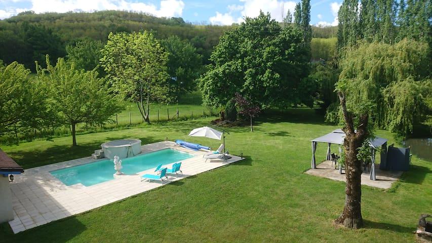 Privéverdieping in charmewoning - zwembad - rust